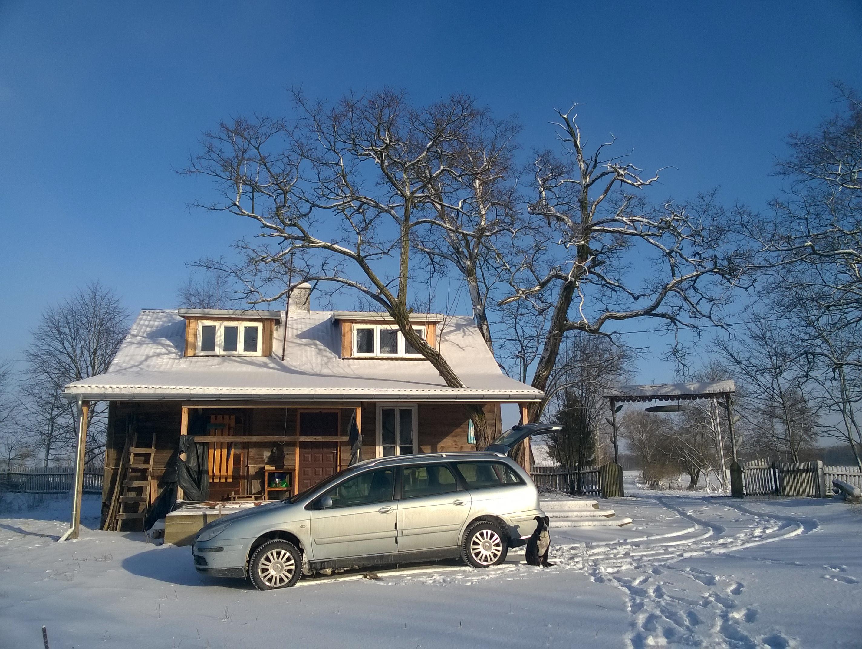 Wiejska chata zimą. Białe szaleństwo!